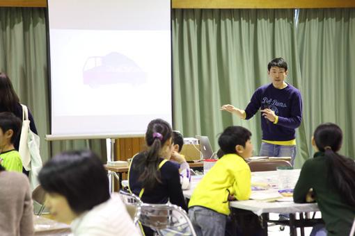 ワークショップのはじめに、子供たちに説明をする占部史人 Photo:Yukiko Koshima