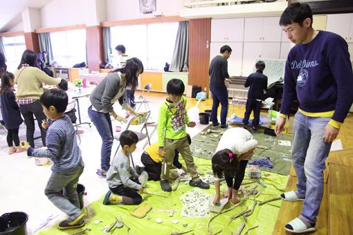 占部やスタッフが海岸で拾ってきた貝殻や流木、漂着物などを選ぶ子供たち Photo:Yukiko Koshima