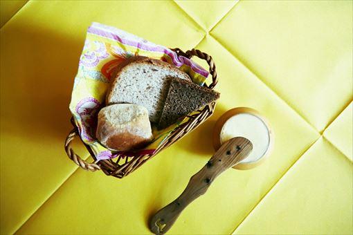 左から「ライ麦入り白パン 丸いパン」「全粒粉のローフブレッド キャラウェー風味」「サワーブレッド」 白パンはスウェーデン人の主食