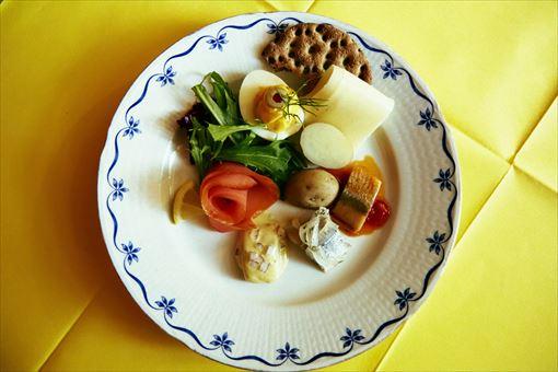 「イースターの北欧前菜盛り合わせ」 古くから北欧では、バルト海で豊富にとれるニシンが主要な食材となっている