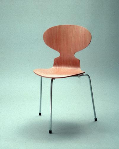 『アント・チェア(3本脚)』(1951年)写真:1980年代後半の製造 / 富山県美術館所蔵