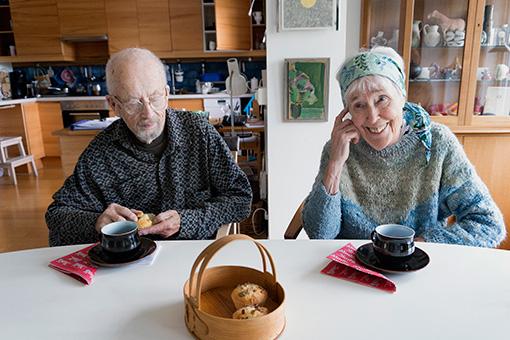 夫グンナルさんとリサさん。フィーカ(お茶)の時間 © Lisa Larson / Alvaro Campo