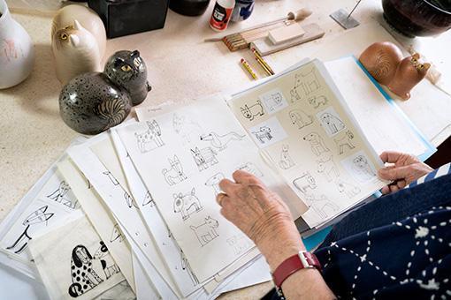 イヌのユーモラスな表情を描きとめたデッサンの数々 © Lisa Larson / Alvaro Campo