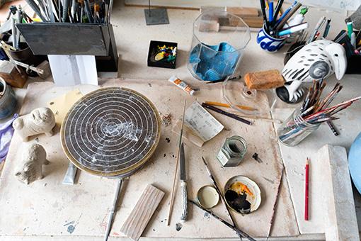 アトリエのデスクに、絵付けの道具などが © Lisa Larson / Alvaro Campo
