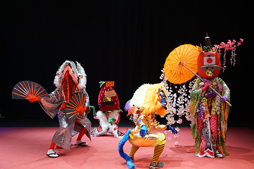 『Toky Toki Saru(トキトキサル)』の色とりどりの衣装をまとったサルたち