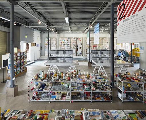 会場構成を手がけたのは設計事務所imaの小林恭。多岐にわたるコレクションがテーマに沿って整然と並べられる ©Nacása & Partners