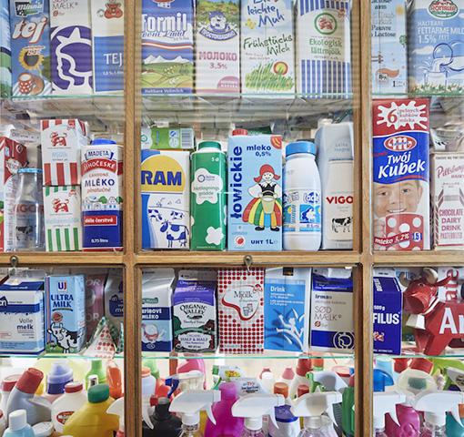 展示された各国の洗剤のパッケージ群 ©Nacása & Partners