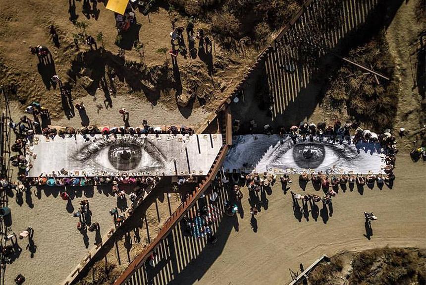 アメリカとメキシコの国境でピクニック? 仏作家JRのアートプロジェクト