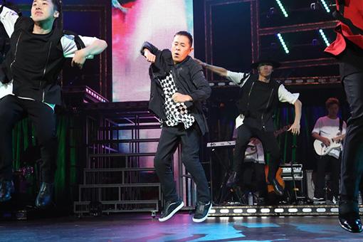 三浦大知のコンサートで踊る岡村隆史 ©︎フジテレビ