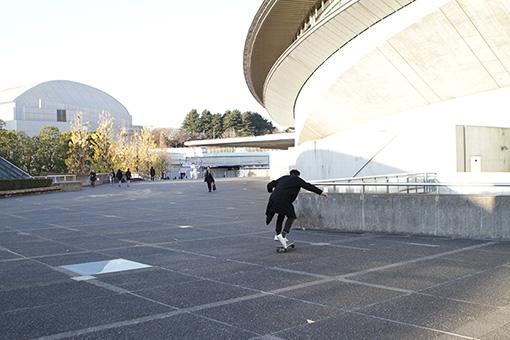 東京でもスケボーで移動することが多いと話す加藤さん。移動手段を変えることによって街の違った側面が見えてくるという