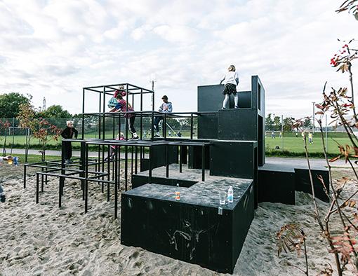 『Slngerup』。コペンハーゲンから車で30kmほどの街ある中学校で設計したランドスケープのプロジェクト。スケートボードパークを中心に、あらゆる子供が楽しめる様なスペースになっている。