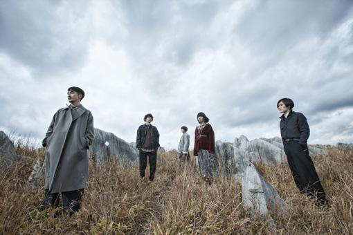 左から:牧野純平(Vo)、丸谷誠治(Dr)、黒瀬莉世(Ba)、志水美日(Key)、土器大洋(Gt)
