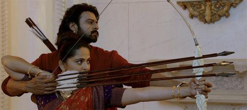 2人で舞踏の様な動きで弓を撃つシーン 『バーフバリ 王の凱旋』©ARKA MEDIAWORKS PROPERTY, ALL RIGHTS RESERVED.