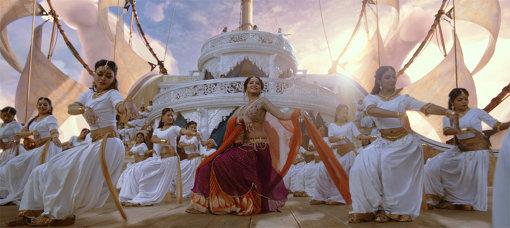 もちろん踊りも華麗だ 『バーフバリ 王の凱旋』©ARKA MEDIAWORKS PROPERTY, ALL RIGHTS RESERVED.