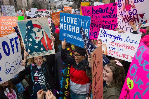 2017年ワシントンD.C.のウィメンズ・マーチで掲げられた様々なプラカード Women's march Washington DC January 2017, credit Chris Wiliams Zoeica Images
