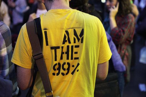 「ウォール街を占拠せよ」運動の様子、「We are the 99%」は運動のスローガンとなった Occupy Wall Street, credit Jason Lester