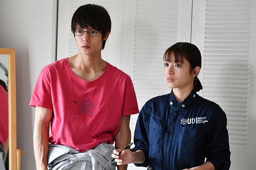 石原さとみ演じるミコトと窪田正孝演じるUDIのアルバイト・六郎 ©TBS