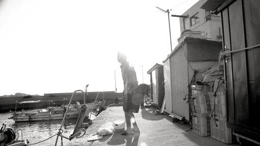 映画『港町』に登場する老女 / ©Laboratory X, Inc