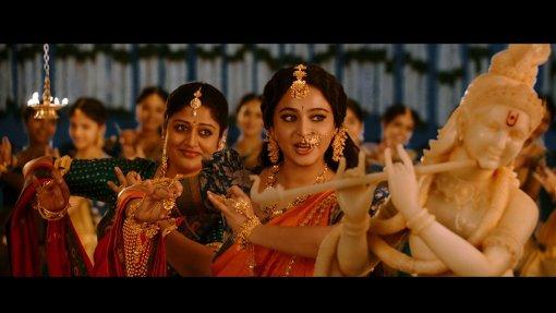 デーヴァセーナが可憐に歌い踊るシーン 『バーフバリ 王の凱旋<完全版>』 ©ARKA MEDIAWORKS PROPERTY, ALL RIGHTS RESERVED.