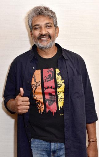 『バーフバリ』公式Tシャツを着用してポーズを取るS・S・ラージャマウリ監督