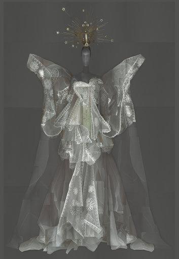 ジョン・ガリアーノがディオール時代に手掛けたアンサンブル Evening Ensemble, John Galliano for House of Dior, autumn/winter 2005-6 haute couture; Courtesy of Dior Heritage Collection, Paris Image courtesy of The Metropolitan Museum of Art, Digital Composite Scan by Katerina Jebb