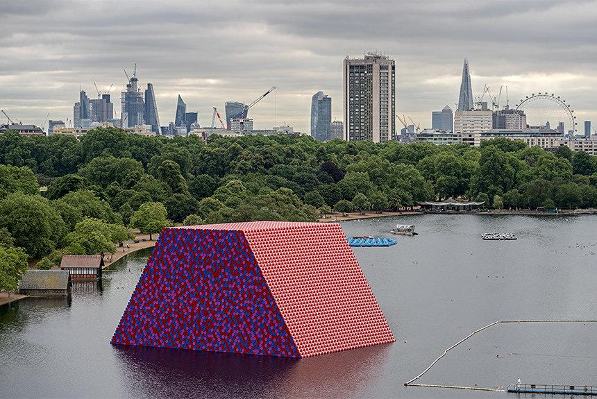 英ハイドパークに出現した巨大な「墳墓」 クリストの新作パブリックアート