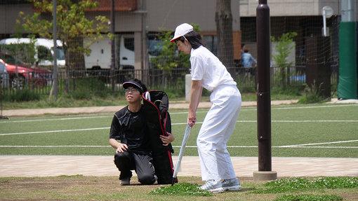 電車を待ちながらゴルフの練習をするサラリーマン、最近見なくなりましたが