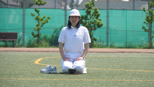目の前に茶碗を置いて30分正座する。選手は俳優の宮部純子さん。小劇場界隈でご活躍中です。