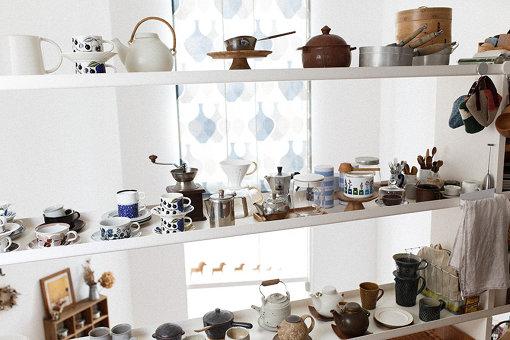塚本さんの自宅キッチンに並ぶ北欧食器