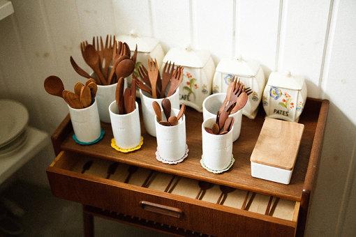 ショップには塚本さんが厳選した食器やキッチン道具が陳列されている