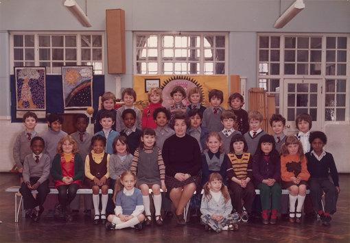 スティーヴ・マックィーンの小学3年生の頃のクラス写真。リトル・イーリング・プライマリー・スクールで1977年に撮影。中段左から5番目がマックィーン