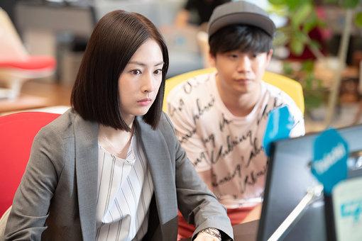 ドラマ『フェイクニュース』より。北川景子がネットメディア記者を演じる