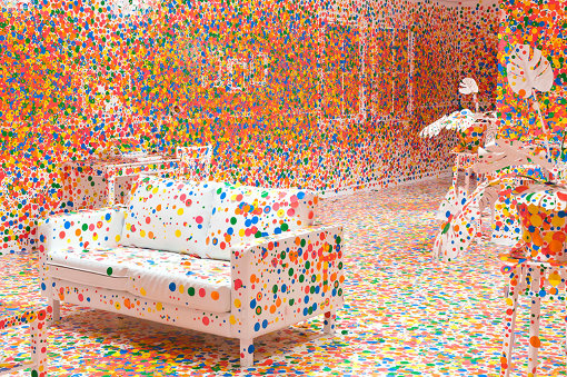 草間彌生『The Obliteration Room』2002-現在 家具、白色ペイント、ステッカー サイズ可変 Collaboration between Yayoi Kusama and Queensland Art Gallery. Commissioned Queensland Art Gallery. Gift of the artist through the Queensland Art Gallery Foundation 2012. Collection: Queensland Art Gallery, Australia Photograph: Natasha Harth Image courtesy: QAGOMA, YAYOI KUSAMA FOUNDATION ©YAYOI KUSAMA