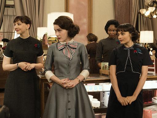 ミッジが働き始める百貨店の化粧品売場。同僚のファッションや小物もかわいらしい
