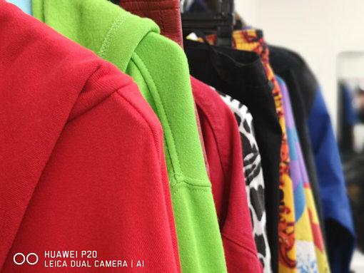 楽屋内に並べられたShiggy Jr.の衣装 / 「HUAWEI P20」の「自然な色彩」モードで撮影