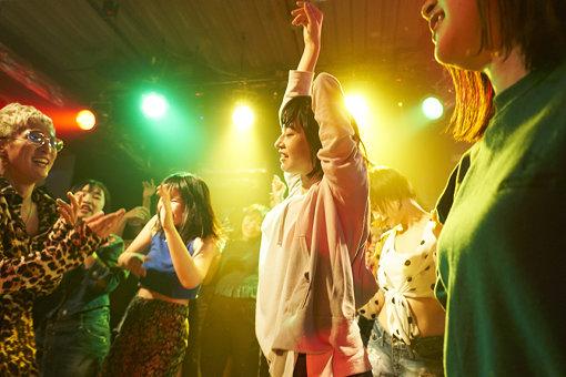 門脇演じるミキが、クラブで遊ぶシーン。© 2019『チワワちゃん』製作委員会
