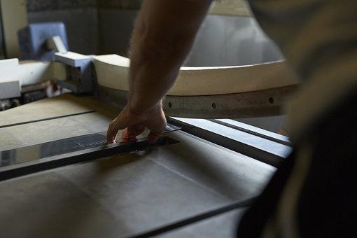 手作業で金物を作る工場での様子 / 「Suomi Finland」