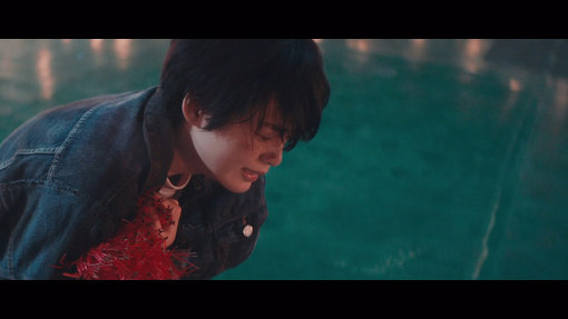 平手演じる「僕」はPVの最後で彼岸花を抱いて泣き顔を見せる