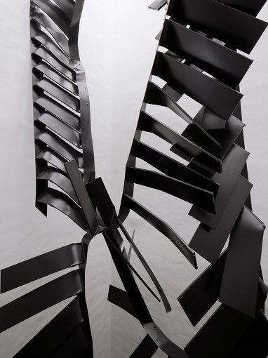 モニカ・ソスノフスカの大型作品 Monika Sosnowska, Stairs, 2016-17 Painted steel ©Studio Stefano Graziani, Muzeum Susch/Art Stations Foundation CH