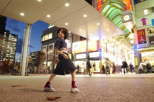中野サンモール商店街前に佇む、中野区が新たに始めたシティプロモーションのキャラクター「中野大好きナカノさん」。人形が公式キャラとして街中に佇んでも気にならないのが中野らしい