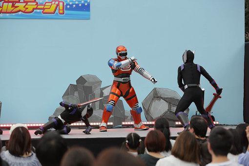 叶は休みの日に吉田さんとヒーローショーを訪れる