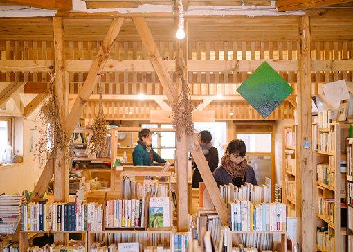 書店「汽水空港」の店内。無垢の木のぬくもりが温かい