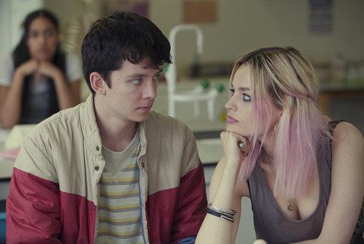 オーティス(エイサ・バターフィールド)とメイヴ(エマ・マッキー)は学校で秘密のセックス問題相談クリニックを開く Jon Hall/Netflix