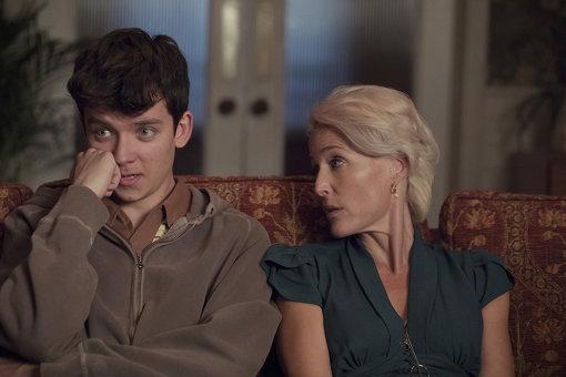 ジリアン・アンダーソン演じるオーティスの母親は実際のセックスセラピスト。家には性的なモチーフのオブジェや絵が多く飾られている Sam Taylor/Netflix