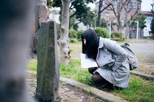石碑に刻まれた文字を丹念に読み解く
