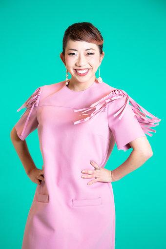 """akane(あかね)<br>ダンスカンパニー「アカネキカク」主宰。大阪府立登美丘高校ダンス部コーチとして、数々の大会で優勝に導く。荻野目洋子の代表曲""""ダンシング・ヒーロー""""で振付した「バブリーダンス」を2017年9月に配信し、7000万回の再生を越えた。日本を代表する振付師。"""