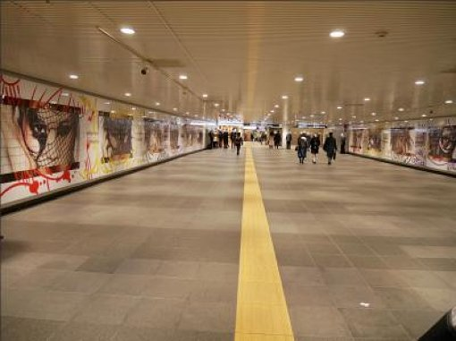 渋谷駅地下コンコース壁面に掲出された巨大広告