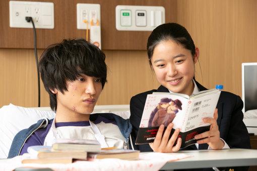 三浦さんは入院中の純に自身の持っているBL本を読ませる