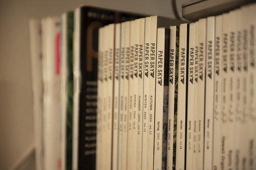 ルーカスさんが創刊した、日本や世界各地の文化や自然を紹介する雑誌『PAPERSKY』のバックナンバー