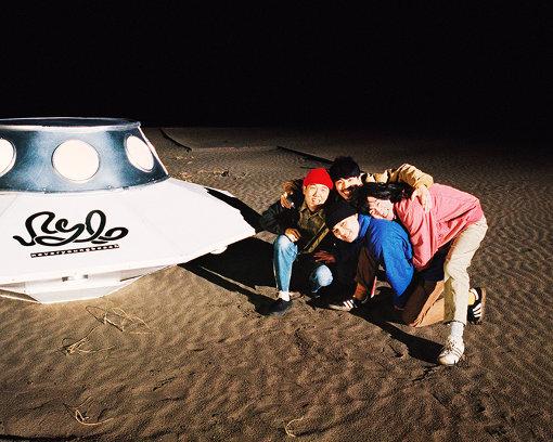 never young beach(ねばー やんぐ びーち)<br>安部勇磨(Vo,Gt)、阿南智史(Gt)、巽啓伍(Ba)、鈴木健人(Dr)によるロックバンド。2014年春に宅録ユニットとして活動開始。2014年8月に阿南、巽、鈴木が加入、2018年に当時のメンバーが脱退し、現在の編成に。5月8日に4thアルバム『STORY』をリリースした。一番左、赤い帽子が安部勇磨。